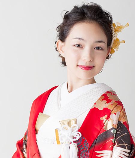 ゆるやかなまとめ髪が伝統的な装いにトレンドをプラス